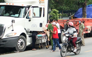 Video: Nam tài xế container chết trong cabin khi xe vẫn nổ máy, đèn vẫn chớp