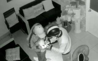 Video: Hai tên trộm 'bình tĩnh' lấy hết tài sản, còn vào tận phòng ngủ giật dây chuyền của chủ nhà