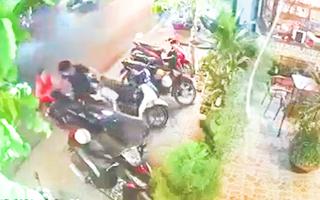 Video: Người phụ nữ giằng co quyết liệt với tên trộm, nhiều người cùng vây bắt