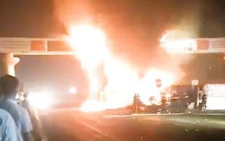 Video: Xe đầu kéo bốc cháy ngùn ngụt sau khi đâm cổng chào ở Thanh Hóa