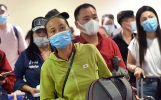 Video: Hành khách ngán ngẩm, mệt mỏi vì xếp hàng dài chờ khai báo y tế ở sân bay Tân Sơn Nhất