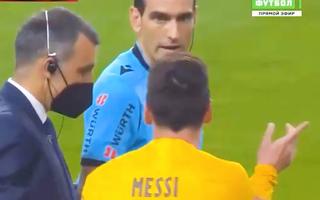 Video: Messi 'cãi tay đôi' với trọng tài khi bị yêu cầu ra khỏi sân