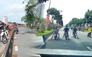 Video: 'Quái xế' bốc đầu, nẹt pô xe gây náo loạn trên đường Trường Chinh