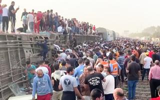 Video: Tàu hỏa bị trật bánh, hơn 100 người thương vong