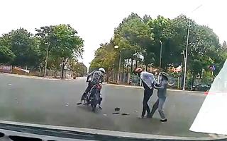 Video: Giằng co quyết liệt với 2 tên giật dây chuyền của phụ nữ