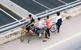 Video: 4 học sinh ném đá vỡ kính ôtô trên cao tốc Hà Nội - Hải Phòng