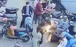 Video: Điện thoại 'bốc hỏa' khiến người đàn ông cháy túi xách khi đi dạo
