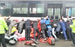 Video: Hàng chục người nhấc xe buýt lên cứu cô gái