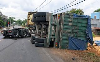 Video: Xe container lật nhào, hàng chục tấn bắp tràn ra đường
