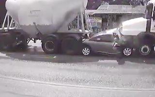Video: Bị 2 xe bồn đâm 'dồn toa', 5 người trên ôtô thiệt mạng
