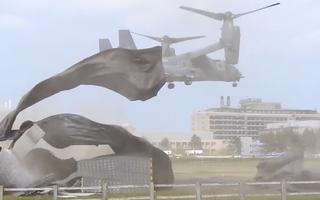 Video: Máy bay quân sự thổi bay sàn đáp của bệnh viện tại Anh