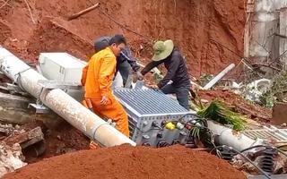 Video: Sau trận mưa lớn gây sạt lở, trôi cả 2 trụ điện và 1 trạm biến áp