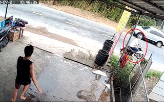 Video: Truy tìm hai tên trộm vào tiệm sửa xe trộm xe của khách