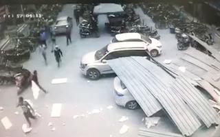 Video: Mái nhà đổ sập xuống đầu, nhiều người thoát chết trong gang tấc
