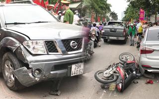 Video: Xe bán tải tông 3 taxi và 2 xe máy ở Hà Nội