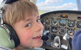 Video: Cậu bé 7 tuổi trở thành phi công trẻ nhất nước Anh
