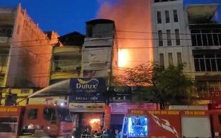 Video: Cháy lớn ở cửa hàng sơn gần Bệnh viện Thống Nhất