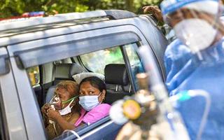 Video: Thiếu máy thở trầm trọng, Ấn Độ phải rút ống thở ở người già để nhường cho người trẻ