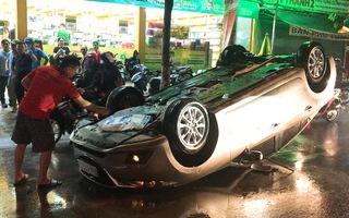 Video: Ôtô lật ngửa trong cơn mưa, nhiều người thoát chết