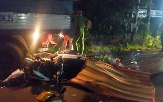 Video: Đâm vào đuôi xe tải đang dừng bên lề đường, 2 công nhân tử vong