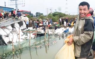 Video: Người dân thu gom và mua giúp tài xế xe tải bị lật 10 tấn dưa hấu