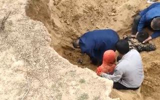 Video: Dân làng moi cát, giải cứu 2 cháu bé bị vùi lấp khi đang chơi đùa