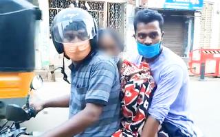 Video: Chở xác mẹ qua đời vì COVID-19 đi hỏa táng bằng xe máy ở Ấn Độ