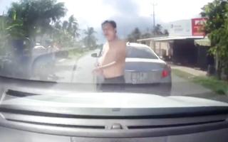 Video: Bấm còi khi thấy xe khác đang lùi, tài xế bị đánh rách môi, chảy máu răng