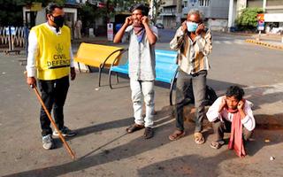 Video: Cảnh sát Ấn Độ phạt người dân 'thụt dầu' và nhảy cóc vì không đeo khẩu trang