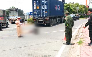 Video: Nữ sinh năm cuối bị xe container cán tử vong trên đường đi học