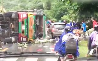 Video: Ấm lòng người dân giúp tài xế xe tải bị lật trên quốc lộ thu gom chuối