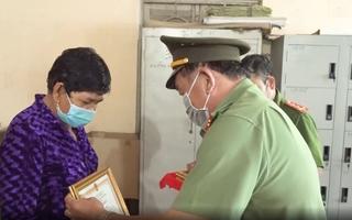 Video: Hai người phụ nữ đuổi bắt tên cướp cầm dao giật dây chuyền vàng