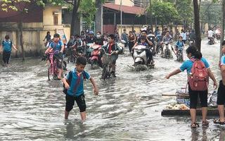 Video: Hàng ngàn học sinh phải nghỉ học vì làng giấy xả thải, nước tràn vào trường học
