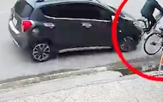 Video: Cụ bà đi xe đạp bị ô tô hất văng trên đường phố Thái Nguyên