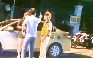 Video: Giám đốc công ty bất động sản say xỉn chỉ mặt, đòi cho 'rớt lon' CSGT ở Bình Dương