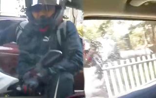 Video: Khó chịu vì bị 'bấm còi liên tục', nam thanh niên đập vỡ kính ô tô