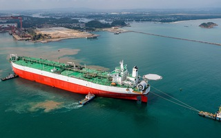 Video: Thợ Việt lột xác cho tàu dầu khổng lồ của tỉ phú Nigeria