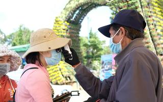 Video: Nhiều điểm vui chơi đông nghẹt người, yêu cầu đeo khẩu trang, diệt khuẩn