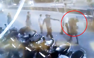 Video: Cảnh đau lòng ở Ấn Độ, chồng vác xác vợ chết vì COVID-19 đi bộ 4km đến nơi mai táng