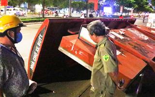 Video: Nhà chờ xe buýt đổ sập, 2 người may mắn thoát nạn trong gang tấc