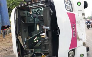Video: Xe khách lật nhào xuống đường, 4 người bị thương nặng