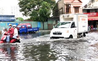 Video: Cơn mưa lướt qua, đường Nguyễn Hữu Cảnh ngập lênh láng