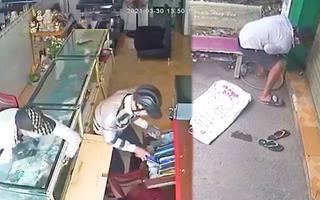 Video: Canh lúc chủ tiệm điện thoại đi vắng, trộm bẻ khóa vào nhà ung dung 'gom hàng'