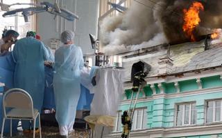 Video: Bệnh viện đang cháy, vẫn phẫu thuật tim cho bệnh nhân