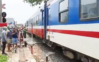 Video: Người phụ nữ bị xe lửa cán đứt lìa hai chân, tử vong