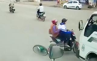 Video: Nam sinh chạy xe đạp điện vượt đèn đỏ dẫn đến tai nạn khó tránh