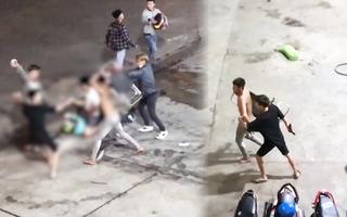 Video: Nhóm phượt thủ 'hỗn chiến' với thanh niên địa phương, có cả vật giống súng