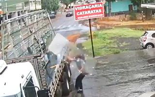 Video: 'Ngoạn mục' hình ảnh người giao hàng đỡ tấm kính cường lực bị gió thổi bay