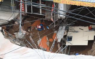 Video: 'Hố tử thần' sâu 5 mét ở Hà Nội khiến hàng chục hộ dân phải sơ tán