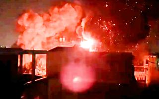 Video: Lửa cuồn cuộn tại công ty nhựa ở quận 11, người dân tháo chạy trong đêm